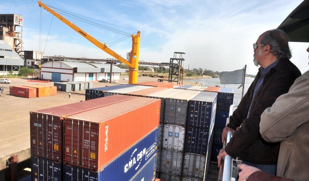 El ministro de Economía, Jorge Ibáñez, observa el movimiento portuario.