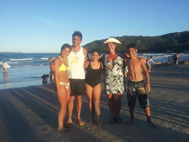 """La familia Caja-Leòn en sus ùlitmas fotos en playas brasileras """"subidas"""" al Facebook."""