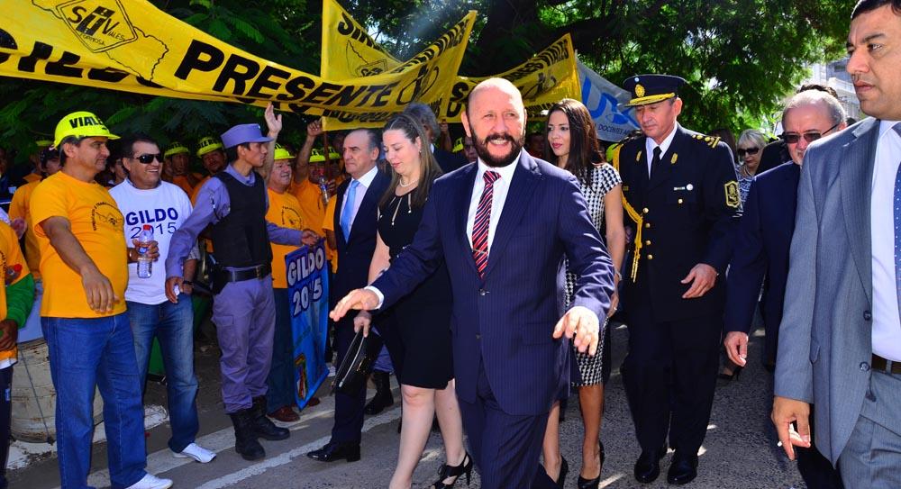 El gobernador arribó a Legislatura acompañado de sus hijas y funcionarios. Lo recibieron adherentes de gremios y agrupaciones afines.