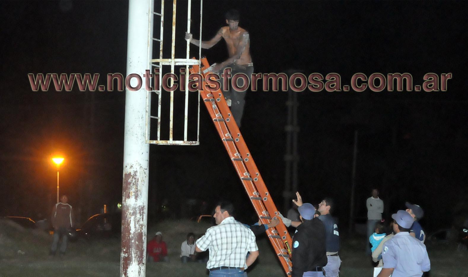 Amenazó suicidarse, bajó en escalera.