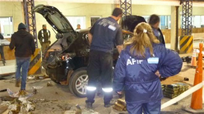 La droga estaba camuflada dentro de un automóvil chapa argentina.