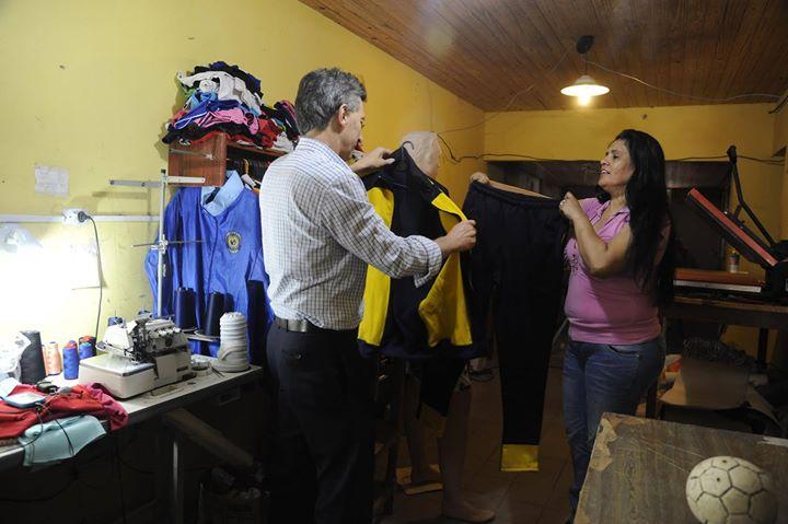 El candidato presidencial estuvo con una familia que tiene un emprendimiento textil.
