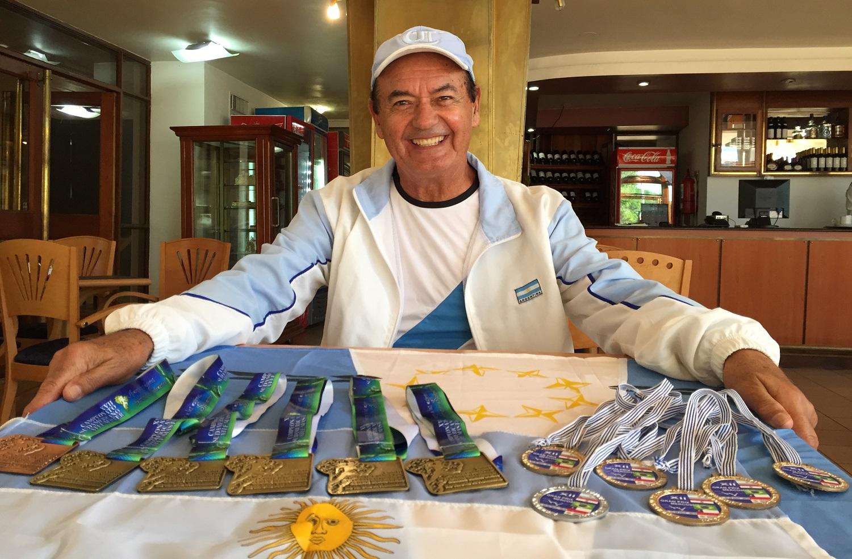 Daniel Cuenca, exhibiendo los premios logrados en las 2 últimas competencias.