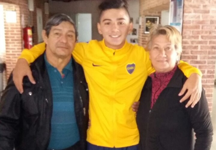 Nico Aguilera con sus abuelos maternos.