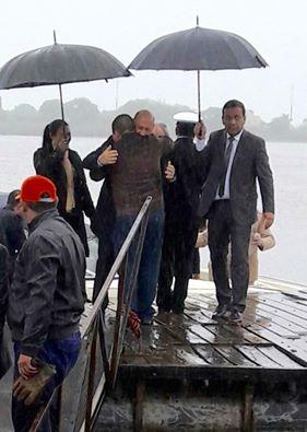 Vecinos alberdeños lo esperaron en la ribera del río Paraguay.