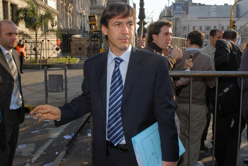 Télam - Buenos Aires - 16/07/08 - El senador Luis Naidenoff ( UCR Formosa) llega al Congreso donde se llevara a cabo la Sesión del Senado que tratará la ley de las retenciones al Agro. Foto: Leonardo Zavattaro/Télam/jc.